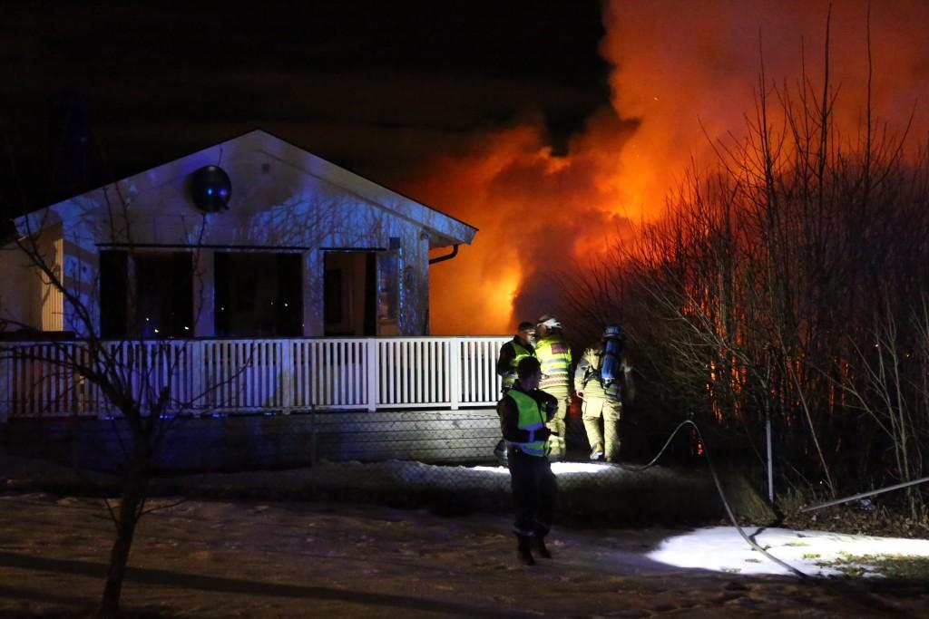 Flammene hadde fått godt tak i bygningen